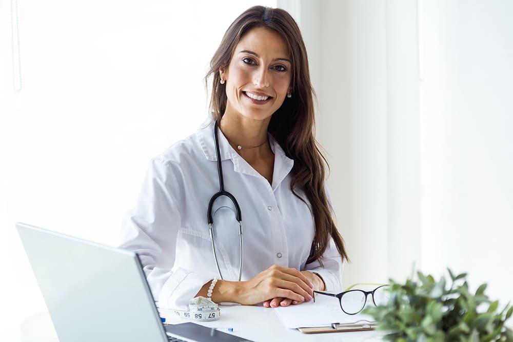 attraktive Ärztin wechselt Praxissoftware
